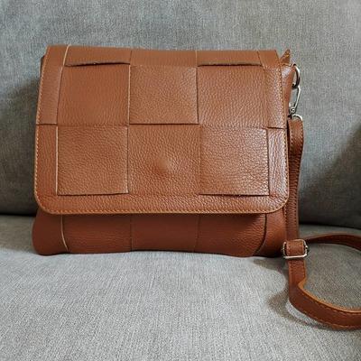 Aujourd'hui, je vous propose ce joli petit sac en cuir. Retrouvez-le sur notre boutique en ligne. La livraison est gratuite. www.lescoupsdecoeurdelysia.com #saccuir #ete2021 #accessoiresdemode #bijouxfantaisie