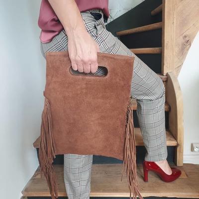 Nouveauté  du jour 🤎🤎 Petil sac en cuir nubuck. Il vous attend sur notre site. wwwlescoupsdecoeurdelysia.com #saccuir #franges #marron #mode