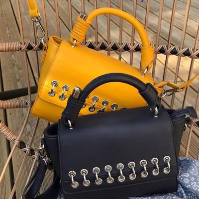 Sacs, foulards, bijoux.... Faites vous plaisir, prix mini et livraison gratuite. wwwlescoupsdecoeurdelysia.com #sacs #sacamain #foulard #bijouxfemme #bijouxtendance