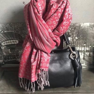 écharpes, foulards, sacs, portefeuilles.... profitez de 10€ de remise dès 50€ d'achats. www.lescoupsdecoeurdelysia.com #sacamain #echarpe #hiver2020 #photoparis #portefeuille