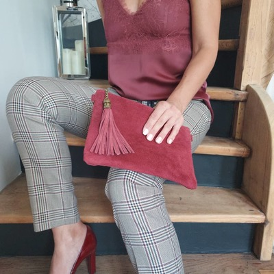 Nouveautés  Pochette en cuir, sacs... www.lescoupsdecoeurdelysia.com #pochette #sacamain #ceinture #bordeaux #taupe