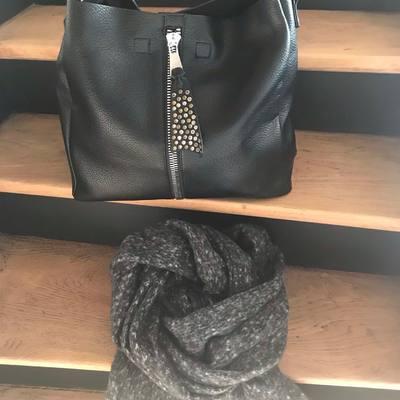 L'hiver est là, venez découvrir toutes nos écharpes pour avoir bien chaud, pour femme & homme. Livraison gratuite, envoi le jour même. www.lescoupsdecoeurdelysia.com #echarpe  #hiver2020  #sacs  #cadeaunoel