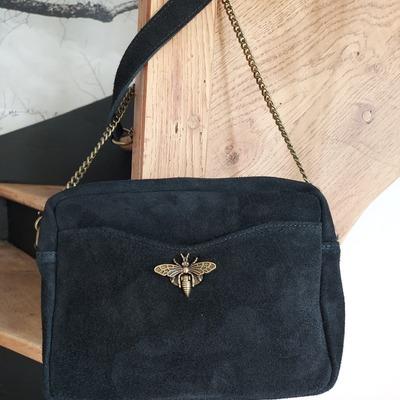 Magnifique petit sac en cuir nubuck. Livraison gratuite. wwwlescoupsdecoeurdelysia.com #cuir #sac  #abeille #noir