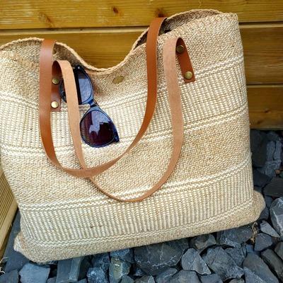 Joli sac cabas avec anses en cuir. Livraison gratuite et rapide. www.lescoupsdecoeurdelysia.com #saccabas #cuir #toile #beige #lunettesdesoleil
