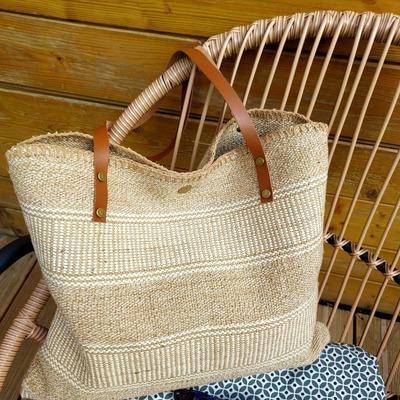 Découvrez tous nos sacs pour la saison estivale. Livraison gratuite. www.lescoupsdecoeurdelysia.com #sacpaille #ete2021 #foulards #sacamain #mode #accessoires