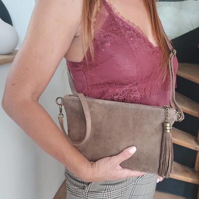 Jolie pochette en cuir, existe en plusieurs coloris. wwwlescoupsdecoeurdelysia.com #saccuir #lingerie #foulards #couleursdautomne