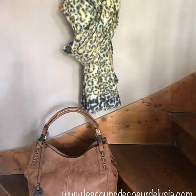 Écharpes, foulards, sacs.... retrouvez notre collection sur notre boutique en ligne. lescoupsdecoeurdelysia.com  #echarpe #foulard #sacamain #sacbandouliere #sacamainpascher