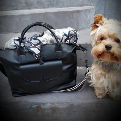 Coup de 🖤 pour ce sac. Un essentiel pour transporter toutes vos affaires. Livraison gratuite. www.lescoupsdecoeurdelysia.com #sacamain  #yorkshire #foulard