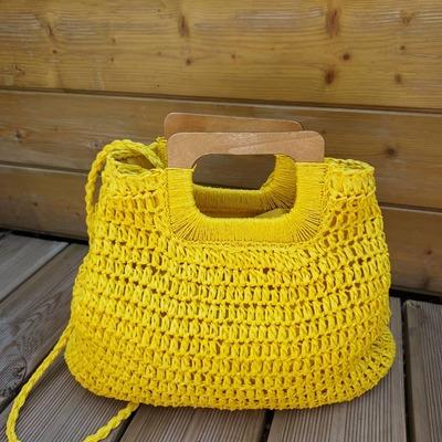 Joli petit sac tressé avec anses en bois. Accessoire incontournable pour cet été. Livraison rapide et gratuite. www.lescoupsdecoeurdelysia.com #sacpaille #ete2021 #jaune #paille #bois