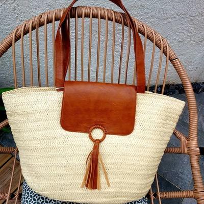 Découvrez notre sélection de sacs en paille. Livraison gratuite et rapide. www.lescoupsdecoeurdelysia.com #sacpaille #ete2021 #mode #foulards #tendance