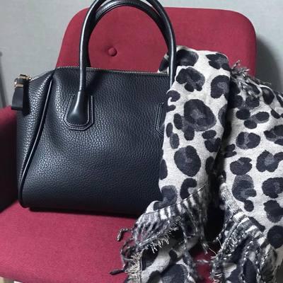Écharpes, étoles, foulards sacs à main, portefeuilles...... www.lescoupsdecoeurdelysia.com #sacbandouliere #echarpe #hiver2020 #portefeuille